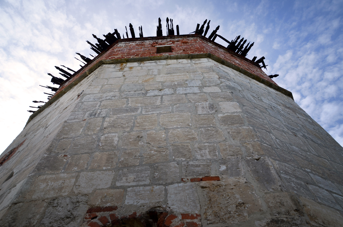 5. Реставрируют башни и Никольский собор.