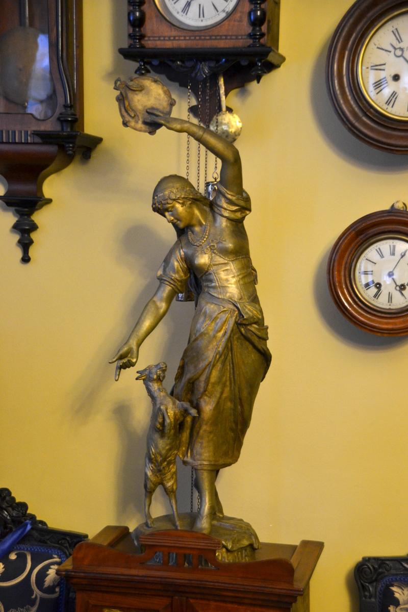 4. В одной комнате располагается коллекция часов и музыкальных инструментов.
